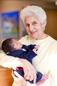 Sor Rosita, cofundadora, con un niño en brazos en La Esperanza